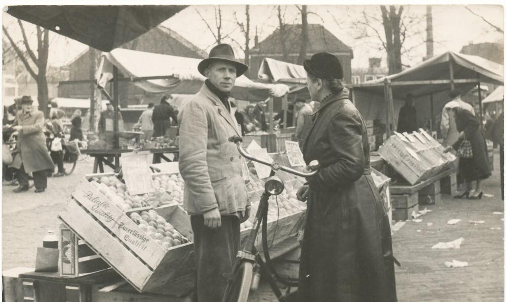 Dinsdagmarkt Enschede op de Markt ? (1956?)
