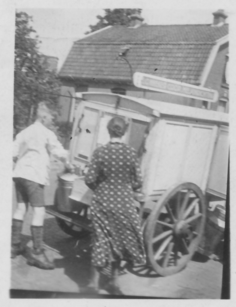 Hennie Poorthuis met wagen op de Roessinghsbleekweg