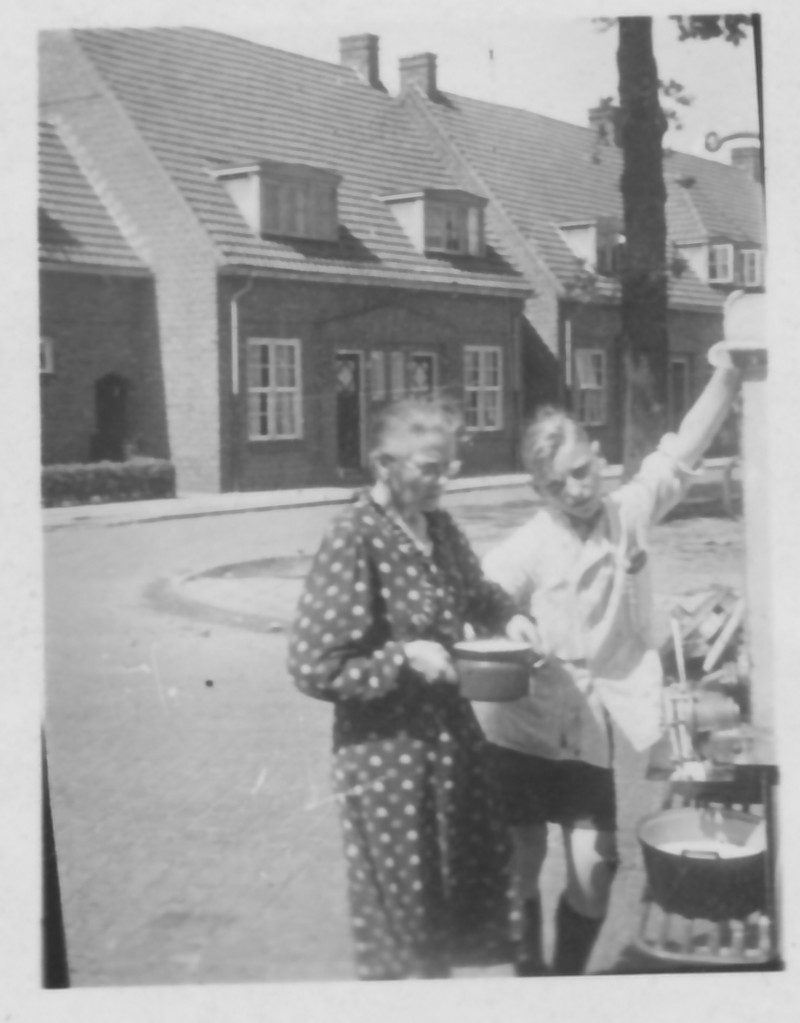 Klant (Anja Buursink) bij melkwagen
